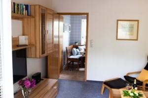Wohnzimmer mit Blick zur Küche - Ferienhaus unter den Birken