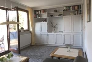 """Ferienwohnung """"Am Heidepark"""" in Bispingen - Wohnzimmer mit Zugang zum Balkon"""