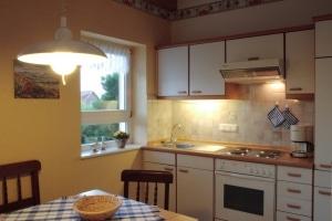 """Gemütliche Küche mit Esstisch im Ferienhaus """"Unter den Birken"""" in Bispingen"""